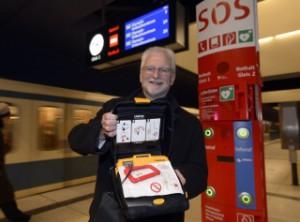 Muenchen:Lebensretter in der U-BahnHerbert Koenig mit DefiFoto: Claus Schunk