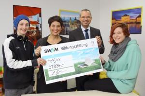 (v.links) Angela Bauer, Ge-schäftsführerin des hpkj e.V. Martin Janke, Geschäftsführer SWM Bildungsstiftung, mit den beiden 16-jährigen Max F. (links) und Anna-Lena R. (rechts), die vom hpkj betreut werden.