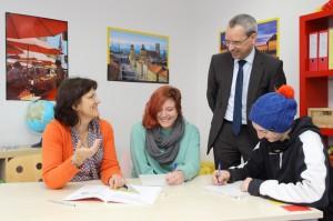 Martin Janke, Geschäftsführer der SWM Bildungsstiftung informiert sich bei Bildungscoach Dr. Ursa Franz über die ersten Erfahrungen im Projekt.