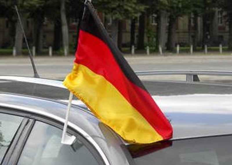 Beflaggtes Autofenster: Zerbrechliche Plastikgestänge haben auf der Autobahn nichts verloren