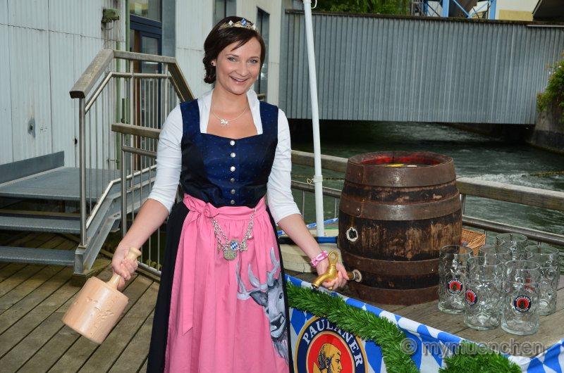 Bayerische Bierkönigin Tina-Christin Rüger lernt Anzapfen