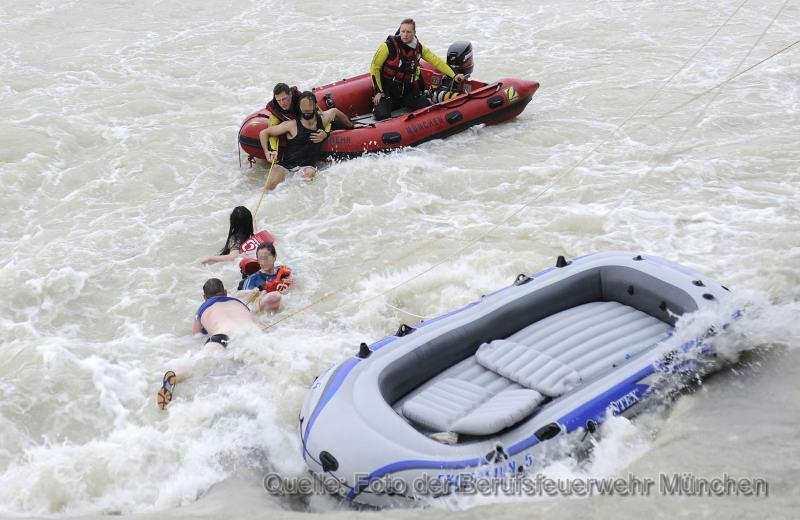 Personen in Wasser Feuerwehr_Marienklausenbrücke