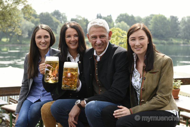Die Marstall-Wirtefamilie: Siegfried Able (2.v.r.), Frau Sabine (2.v.l.) und ihre beiden Töchter Vanessa (l.) und Verena.