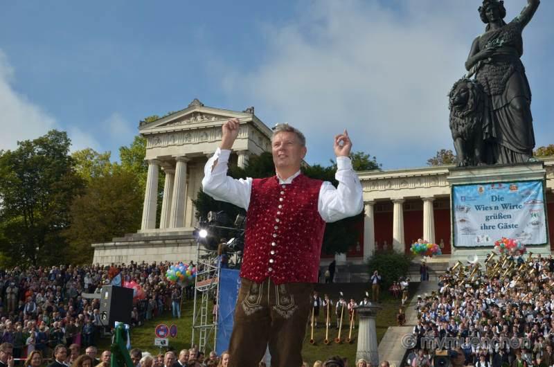 Unter der Bavaria Standkonzert der: Wiesn-Kapellen 2014
