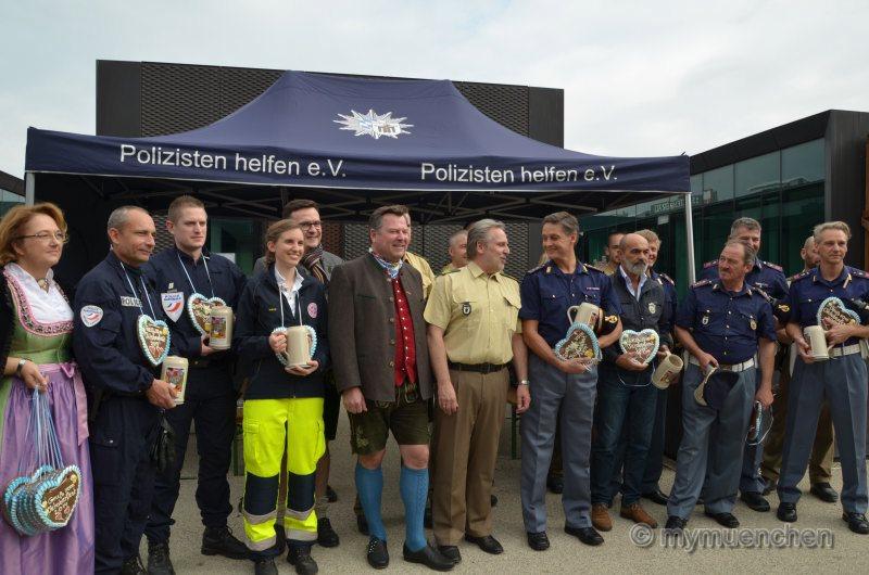 Festleiter Josef Schmid begrüßt Sanitäter und Polizeikräfte aus Südtirol und Frankreich