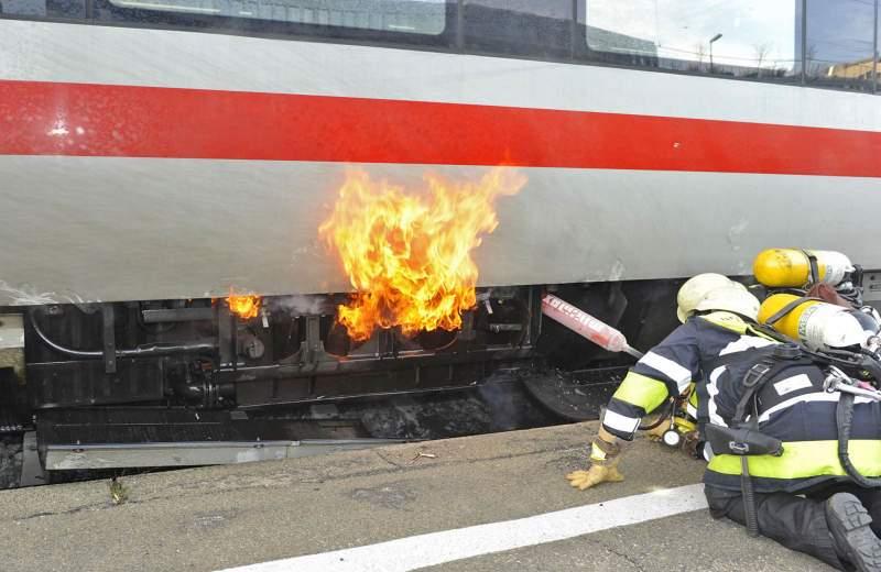 brennt Zug, ICE, Feuer in Triebkopf
