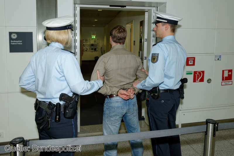 Festnahme_Wacheneingang