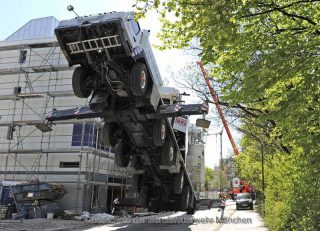Gerüsteinsturz, Autokran umgestürzt