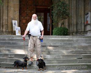 Werner  Waldhütta mit ihren Hunden Sissi und Bepperl.
