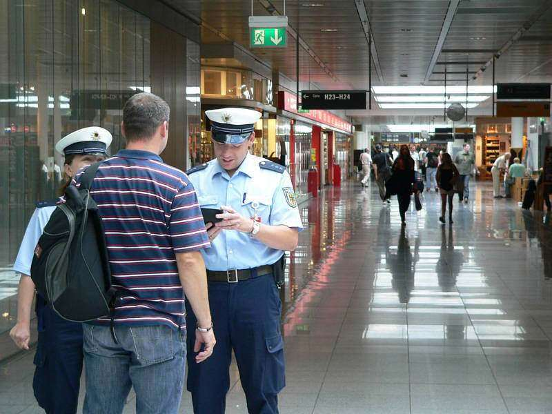 Bildunterschrift: Sich als (gesuchter) Straftäter am Münchner Flughafen aufzuhalten, ist allgemein keine gute Idee, am G7-Wochenende schon gleich gar nicht. Ein gesuchter Düsseldorfer lief gestern einer Bundespolizeistreife im Terminal 2 in die Arme. (Beispielbild)