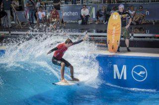 Leon Glatzer in action auf THEWAVE beim Surf & Style am Flughafen München