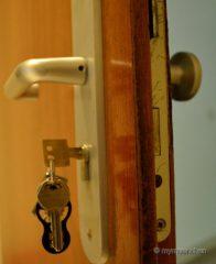 Der Hausschlüssel steckt - aber leider von der falschen Seite. Da kann nur der Schlüsseldienst helfen.