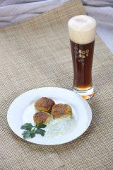 falafel-mit-joghurt-gurken-sauce-und-dunklem-weissbier-1