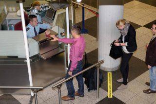 Bildunterschrift: Nicht nur mit gefälschten, sondern auch mit erschlichenen Dokumenten versuchen manche Reisenden, die Bundespolizisten in der Grenzkontrolle zu überlisten. (Symbolbild)