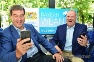 Dr. Markus Söder anlässlich der Freischaltung von @BayernWLAN mit dem Landrat des Landkreises München, Christoph Göbel, am Mittwoch (5.7.) in München an.