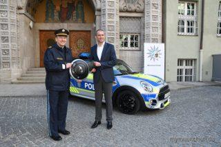 Foto.Polizeipräsident Hubertus Andrä präsentierte zusammen mit Christian Ach (Leiter MINI Deutschland)