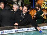 OB Dieter Reiter wäscht seinen Geldbeutel am Fischbrunnen 2018