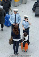 """Das anhängende Beispielbild zeigt eine Bundespolizei-Streife bei der Kontrolle einer Reisenden mit Kind am Münchner Flughafen und kann mit dem Zusatz """"Bundespolizei"""" zur Berichterstattung über den o.a. Vorfall verwendet werden."""