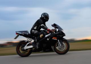Bildtext: Behütet und bequem in die neue Motorradsaison.