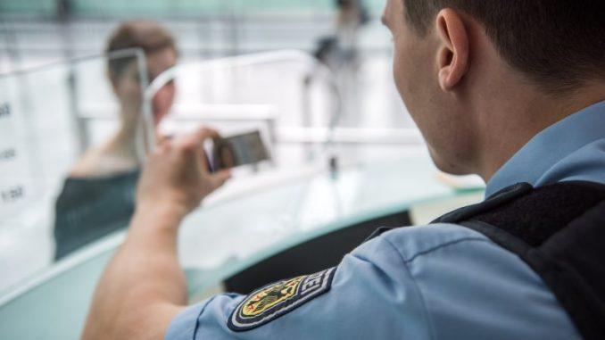 Bildunterschrift: Bei Grenzkontrollen erwischen Bundespolizisten am Münchner Airport regelmäßig Straftäter, viele von ihnen bereits verurteilt und von der Justiz gesucht. Am Donnerstag nahmen die Bundesbeamten wieder einen mit Haftbefehl gesuchten Reisenden fest.
