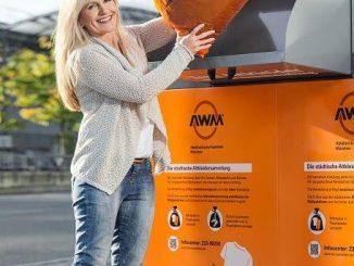 Der Abfallwirtschaftsbetrieb München bittet, Altkleider nur verpackt in Container zu geben