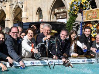 OB Dieter Reiter wäscht seinen Geldbeutel am Fischbrunnen 2019