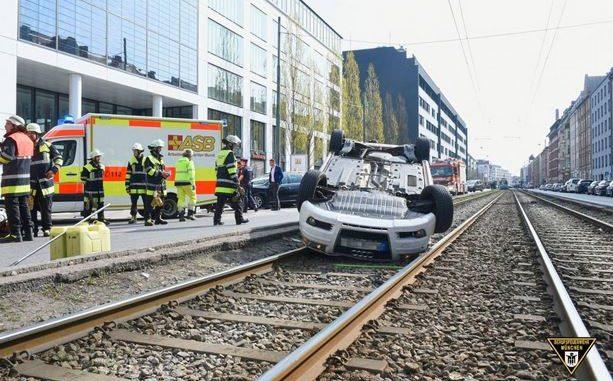 Aut landet bei Verkehrsunfall auf dem Rücken im Trambahngleis