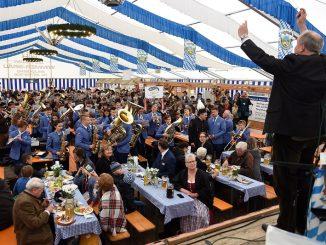 [Tag der Blasmusik]: Nicht nur Landrat Christoph Göbel stand die Freude beim Dirigieren ins Gesicht geschrieben. Auch die über 200 Musiker und das Publikum hatten jede Menge Spaß beim Tag der Blasmusik.