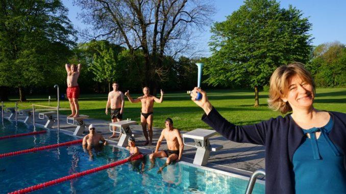 Bäderchefin Christine Kugler begrüßt bei 8 °C die ersten Frühschwimmer im Schyrenbad.